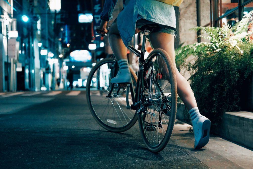 nastolatek na rowerze przepisy